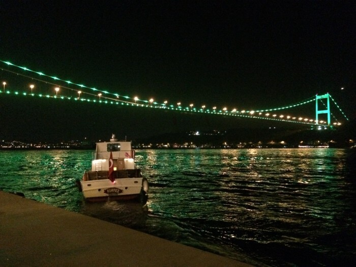 Der Bosporus bei Nacht