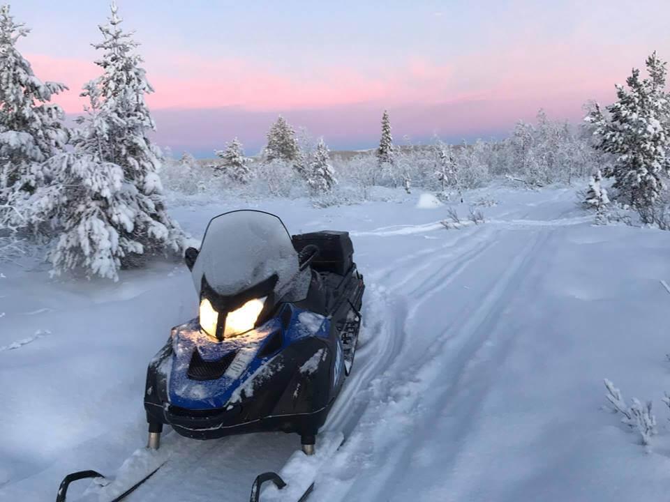 Snowmobil-Touren, Huskey-Schlitten-Fahrten und Schneewschuhwander. Action-Abenteuer in der Aurora Mountain Lodge. (c) Aurora Mountain Lodge