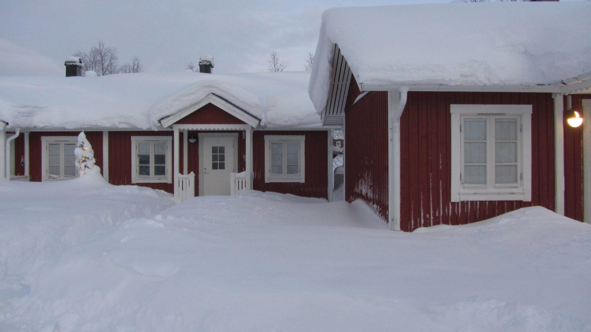 Sie wohnen in diesen rustikalen Cabins mit Kamin und weitem Ausblick über die Taiga.