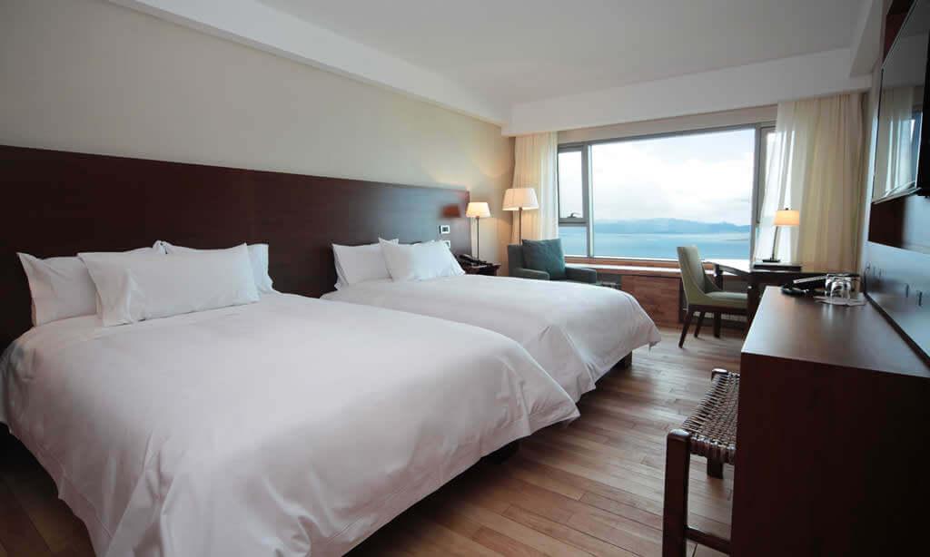 Hotel Arakur Ushuaia, Deluxe-Zimmer mit zwei Queensize-Betten und Platz für vier Personen, bestens geeignet für die Familie oder einen Urlaub mit Freunden. Alle Zimmer haben einen Ausblick auf die Stadt Ushuaia und den Beagle-Kanal.