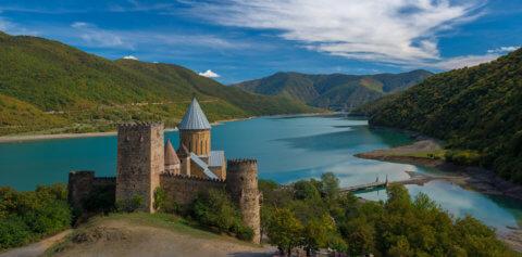Georgien, Schloss Ananuri vor schöner Landschaft