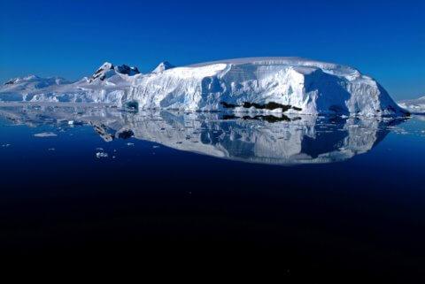 Eisberg am Polarkreis vor spiegelglattem Wasser