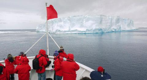Mit dem Schiff unterwegs in der Antarktis, Blick auf Eisberg
