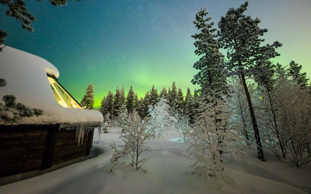 Aurora Village – Panoramablick auf das Polarlicht im finnischen Lappland