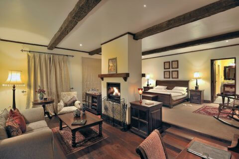 Schlafzimmer in der Cottage Suite im Elewana The Manor at Ngorongoro