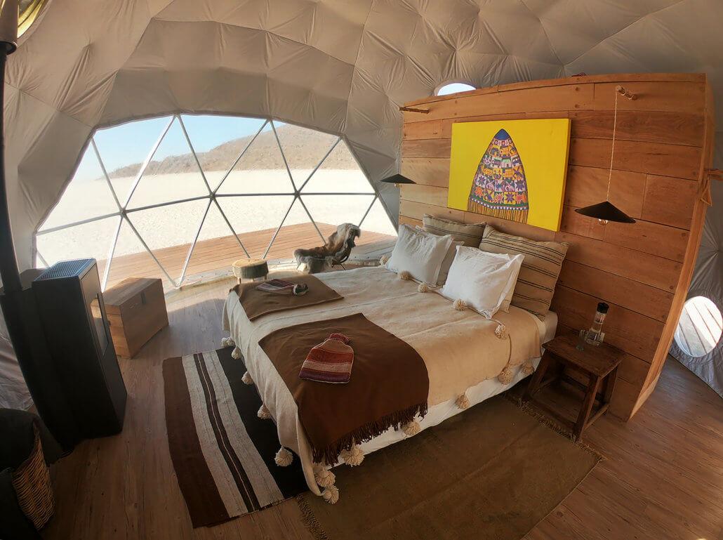 Kachi Lodge, Salar de Uyuni, Bolivien - Bett und Kamin