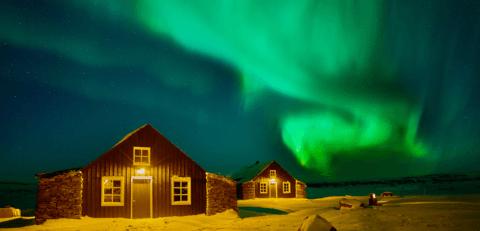 Torfhus Retreat in Island im Winter mit Nordlicht