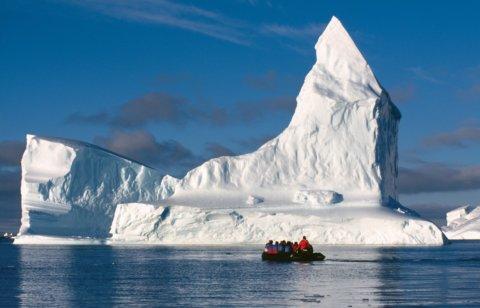 Zodiac vor riesigen Eisbergen in der Antarktis
