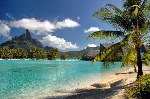 Bora Bora mit Palmenstrand, Meer und Bergen