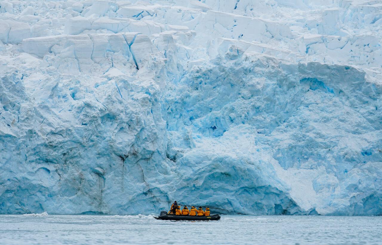 Südpolarkreis - Schlauchboot vor riesigem Eisberg