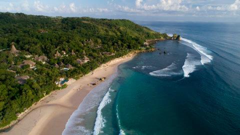 Luftaufnahme von Strand und Resort Nihi Sumba in Indonesien