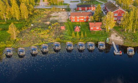 Schwimmende Glas-Iglu-Hausboote in Lapplands Wildnis