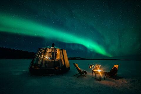 Schwimmendes Glasiglu im Winter unter Nordlicht