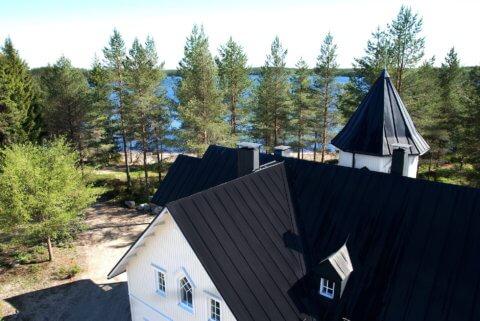 Abgelegene Turm-Villa mit Seeblick und Privatstrand