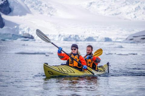 Kajakfahren ist nur eine der abwechslungsreichen Aktivitäten, die bei den Antarktis-Expeditionen auf dem Programm stehen (Bild: Quark Expeditions, Dagný Ívarsdóttir)