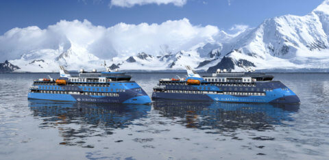 Albatros Expeditionsschiffe in der Antarktis vor Eisberg